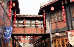 Laternen auf historischem Gebäude Lizenzfreie Stockbilder