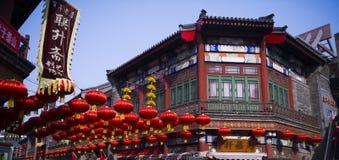 Laternen in den chinesischen Straßen Stockfotografie