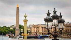 Laternen des Platzes de Concorde ein grauen Frühlingstag Lizenzfreie Stockfotos