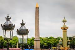 Laternen des Platzes de Concorde ein grauen Frühlingstag Stockbilder