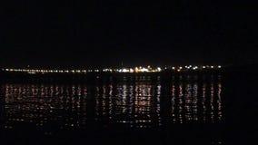 Laternen des reflektierten Lichtes im Flusswasser am Abend stock video footage