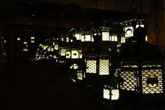 Laternen, die in der Dunkelheit, Kasuga-Taishaschrein, Nara, Japan beleuchten Lizenzfreie Stockfotografie