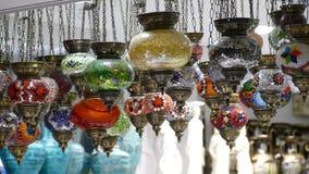 Laternen, die in einem Shopfenster in Athen, Griechenland hängen lizenzfreie stockfotos