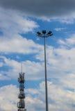 Laternen gegen den Himmel Neue Technologien Hintergrund Stockbild