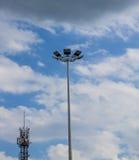 Laternen gegen den Himmel Neue Technologien Hintergrund Stockfotografie