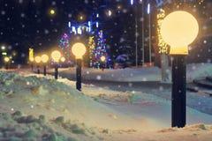 Laternen im Nachtstadtwinter Stockfotografie