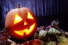 Laternen Jacks O Halloween-Kürbisgesicht auf hölzernem Hintergrund Stockfoto