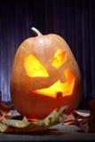 Laternen Jacks O Halloween-Kürbisgesicht auf hölzernem Hintergrund Lizenzfreie Stockfotografie