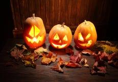 Laternen Jacks O Halloween-Kürbisgesicht auf hölzernem Hintergrund Lizenzfreies Stockbild
