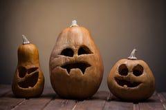 Laternen Jacks O Halloween-Kürbisgesicht auf hölzernem Hintergrund Stockbilder