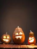 Laternen Jacks O Halloween-Kürbisgesicht auf hölzernem Hintergrund Stockbild