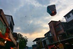 Laternen steigen in den Himmel am Pingxi-Himmel-Laternen-Festival 2017 in Taiwan Stockfoto