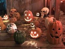 Laternen und Schädel Halloweens Jack O stockfotos