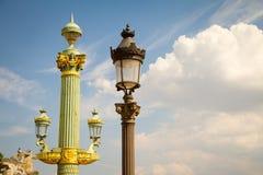 Laternen und Statuen auf Place de la Concorde in Paris stockfotografie