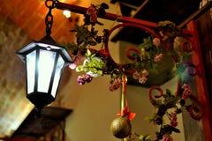 Laternendekoration Weihnachtsbälle Stockfoto
