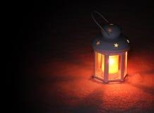 Laternenlicht am Winterabend lizenzfreie stockbilder