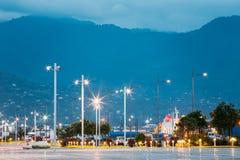 Laternenpfähle Batumis Georgia Crossing Rows Of Luminous bei Quay Mountain View, wenn Haze Background geglättet wird Stockbild
