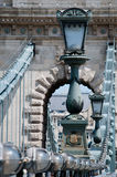 Laternenpfähle der Hängebrücke Stockfoto