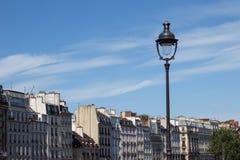 Laternenpfahl über traditioneller Pariser Architektur Stockbilder