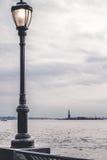 Laternenpfahl auf dem Gehweg eines Parks in Manhattan Stockbild