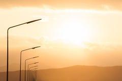 Laternenpfahl gegen den Sonnenuntergang ein Himmel Lizenzfreies Stockbild