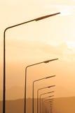 Laternenpfahl gegen den Sonnenuntergang ein Himmel Stockfoto