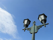 Laternenpfahl im blauen Himmel stockfotografie