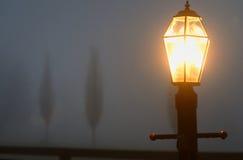 Laternenpfahl im Nebel Stockbild