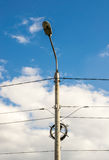 Laternenpfahl mit elektrischen Drähten stockbild