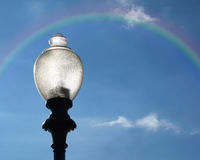 Laternenpfahl mit Regenbogen Stockfoto