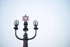 Laternenpfahl mit religios Symbol Stockfotografie
