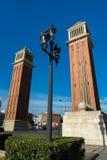 Laternenpfahl mit venetianischen Türmen in Placa de Espana - Barcelona stockbilder