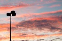 Laternenpfahl-Schattenbild bei Sonnenuntergang stockfoto