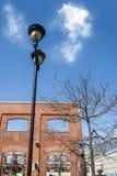 Laternenpfahl und Backsteinmauer Lizenzfreies Stockbild