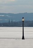 Laternenpfahl und gefrorener See Lizenzfreie Stockfotografie