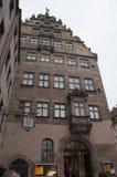 Laternenpfahl und roofline entwerfen auf einem Gebäude in Nürnberg, Deutschland Stockbilder