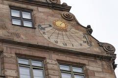 Laternenpfahl und roofline entwerfen auf einem Gebäude in Nürnberg, Deutschland Stockbild
