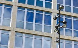 Laternenpfahl und Unternehmensgebäude Stockbild