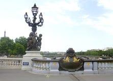 Laternenpfahl von Brücke Alexandre III in Paris Stockfotografie