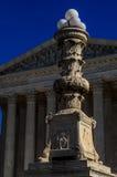 Laternenpfahl vor Oberstem Gericht stockfotos