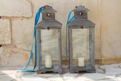 Laterns cinzentos da vela com fita azul Imagem de Stock