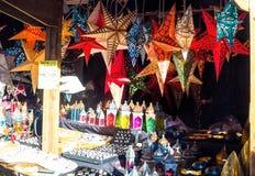 Laterns di carta di forma della stella che appendono sul mercato da vendere Fotografia Stock Libera da Diritti