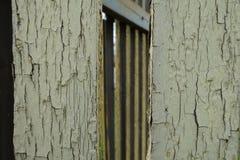 Lath ogrodzenie z wietrzejącą żółtą farbą obrazy stock