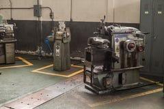 Lathe a máquina em uma oficina, peça do torno Fotografia de Stock