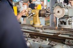 Lathe a máquina em uma oficina, peça do torno Foto de Stock
