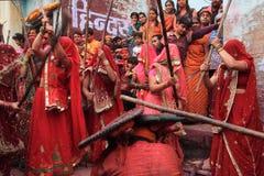 Lathmar Holi beröm på Nandgaon Royaltyfria Foton