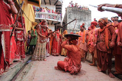 Lathmar Holi beröm på Nandgaon Arkivfoton