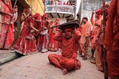 Lathmar Holi beröm på Nandgaon Fotografering för Bildbyråer