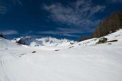 LaThuile, neige, arbres et pentes Images libres de droits