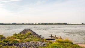 Lathund som byggs från basaltstenar i en bred holländsk flod Royaltyfria Bilder